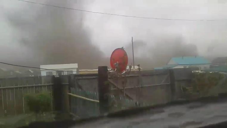 Жители Жипхегена задыхаются от угольной пыли, которая поднимается от дробилок, установленных в центре поселка