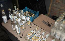 Задержанный в Чите владелец фальшивой водки занимался подделкой сроков годности на продуктах