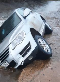 Машина ушла под воду из-за размытой дороги в Газ-Заводском районе Забайкалья. 1 июня.