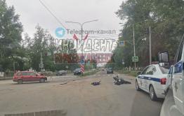 В Краснокаменске мотоциклист без прав врезался в иномарку, пострадали два человека