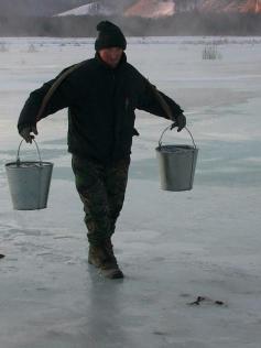 Вот так в селе Менза добывают воду - носят с реки на коромысле. И пьют. 13 января