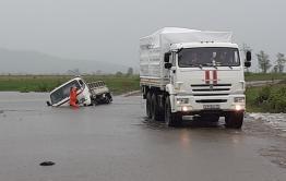 Японский микрогрузовик затонул на подтопленной дороге перед селом Колобово Балейского района (ВИДЕО)