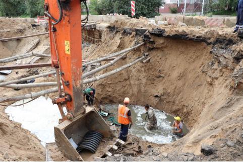 В Чите продолжаются работы по восстановлению водоснабжения на месте аварии в котловане. Местами восстановлена подача воды.