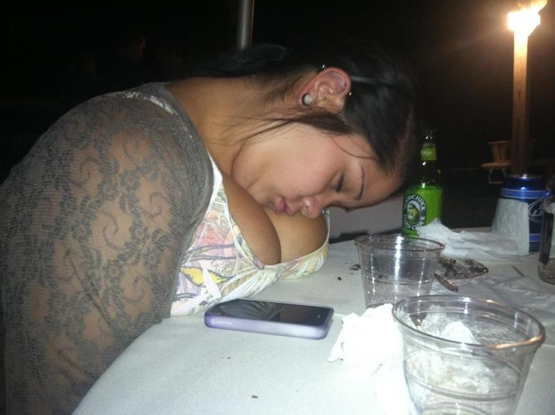 Женщина в брюках: бухая забайкалка уснула в кафе и лишилась телефона