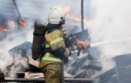 Пожарные спасли пожилую женщину без сознания из горящего дома в Чите