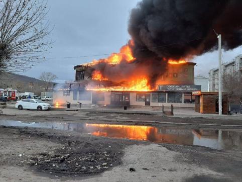 В Чите на Острове горит здание крытого рынка