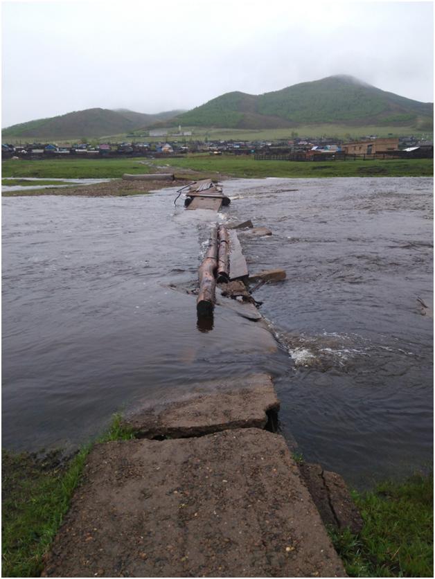 Жители села в Калганском районе пожаловались на главу из-за смытого моста, соединяющего половины деревни