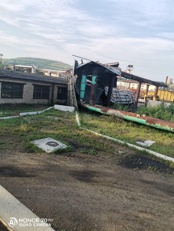 Чита. Территория вагоноремонтного депо. Сорванная крыша гаража после сильного ветра 10 июля 2020.