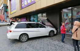 Водитель легковушки врезался в здание ТЦ «Шоколад» в Чите