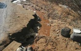 Школьников в селе Комкай в Забайкалье больше недели не возят на учебу из-за размытой дороги