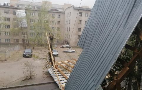 Шквалистый ветер сносит крыши в Чите(фото)