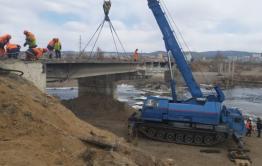 В Чите на Каштакском мосту монтируют буровую установку для обустройства временного моста