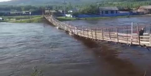 Пешеходный мост в селе Урюм провалился под микрогрузовиком (видео)
