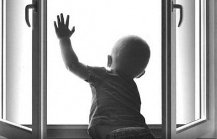 В Краснокаменске маленький ребенок выпал из окна пятиэтажки