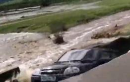 Машину смыло с трассы в Балейском районе (видео)