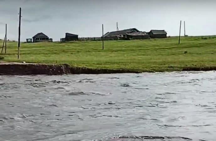 Нижняя Хила отрезана от мира: вода снесла дамбу (видео)