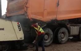 Житель Чернышевска снял укладку асфальта в дождь. Администрация района сообщила, что дорожники приостановили работы.
