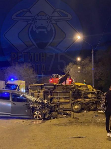 Пьяная водитель Toyota врезалась в маршрутку в Чите