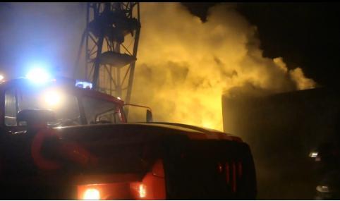 Пожарные за два с половиной часа ликвидировали возгорание мебельного цеха в Чите