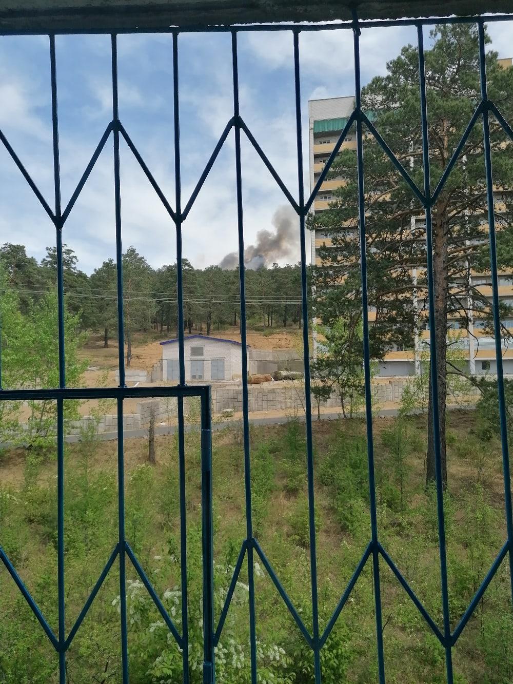 Лес горит в двух местах в Чите, пожарные занимаются ликвидацией огня