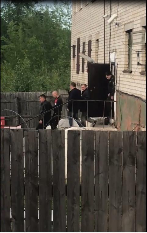 Первомайцы обматерили задержанного по подозрению в убийстве 16-летнего парня в Забайкалье (видео)