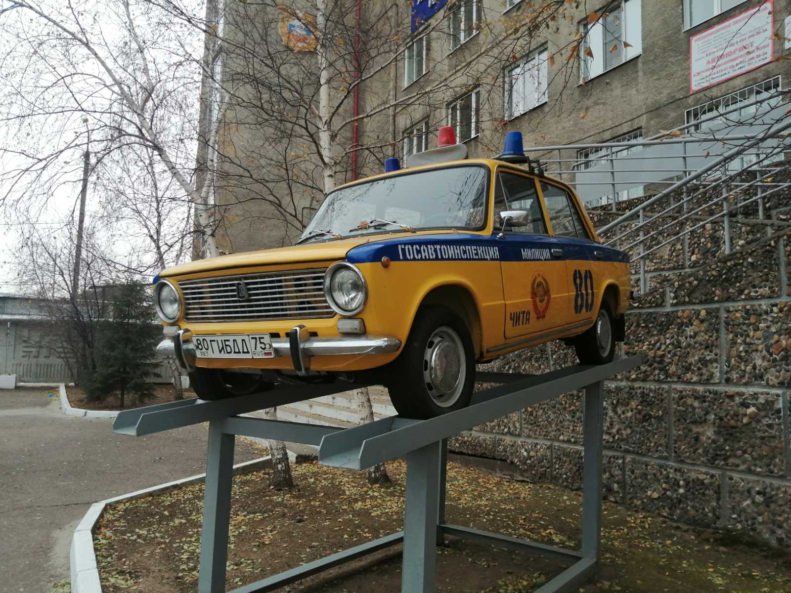 Легенда из СССР. Красавица стоит на входе в краевое ГИБДД. 16 октября.