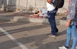 Пьяный и без прав — все, что известно о ДТП на вокзале в Чите, где внедорожник въехал в толпу