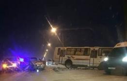 Автобус № 103 в Атамановке столкнулся с Toyota Harrier и Nissan Teana, 4 человека пострадали