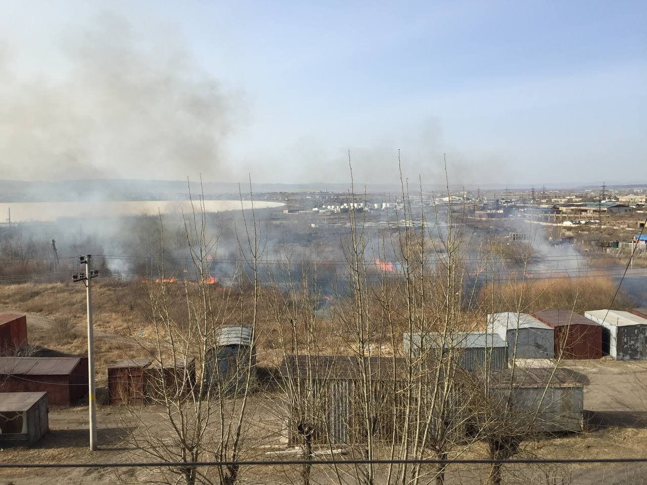 Сухая трава загорелась на Магистральной в Чите