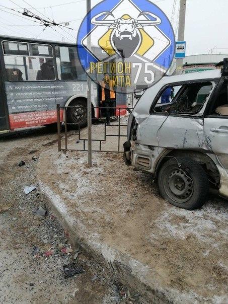Троллейбус и легковой автомобиль попали в ДТП напротив депо