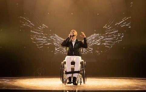 Прикованный к инвалидной коляске итальянец исполнил песню на бурятском и русском языке