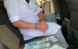 Читинского врача задержали при получении взятки