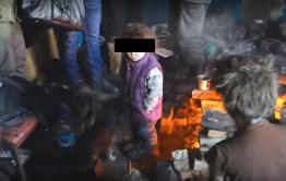 Мужчину с четырьмя маленькими детьми нашли в заброшенном доме на Острове в Чите (Видео)