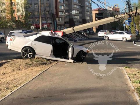 Водитель Toyota не справился с управлением и снес электроопору в Чите
