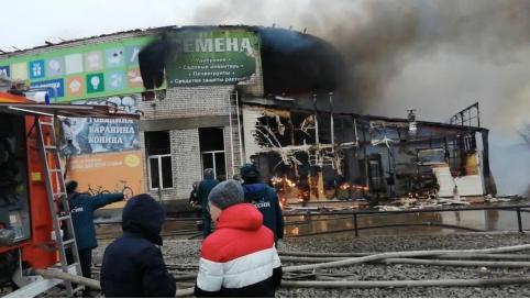 В Чите владелец сгоревшего торгового центра вставит окна жителям пострадавшего от пожара дома