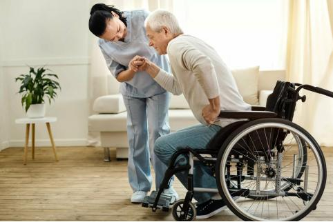 В Госдуму внесли проект закона о выплатах для ухаживающих за инвалидами