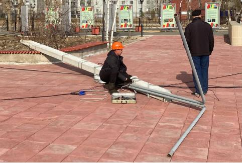 Два фонарных столба упали на площади Труда в Чите