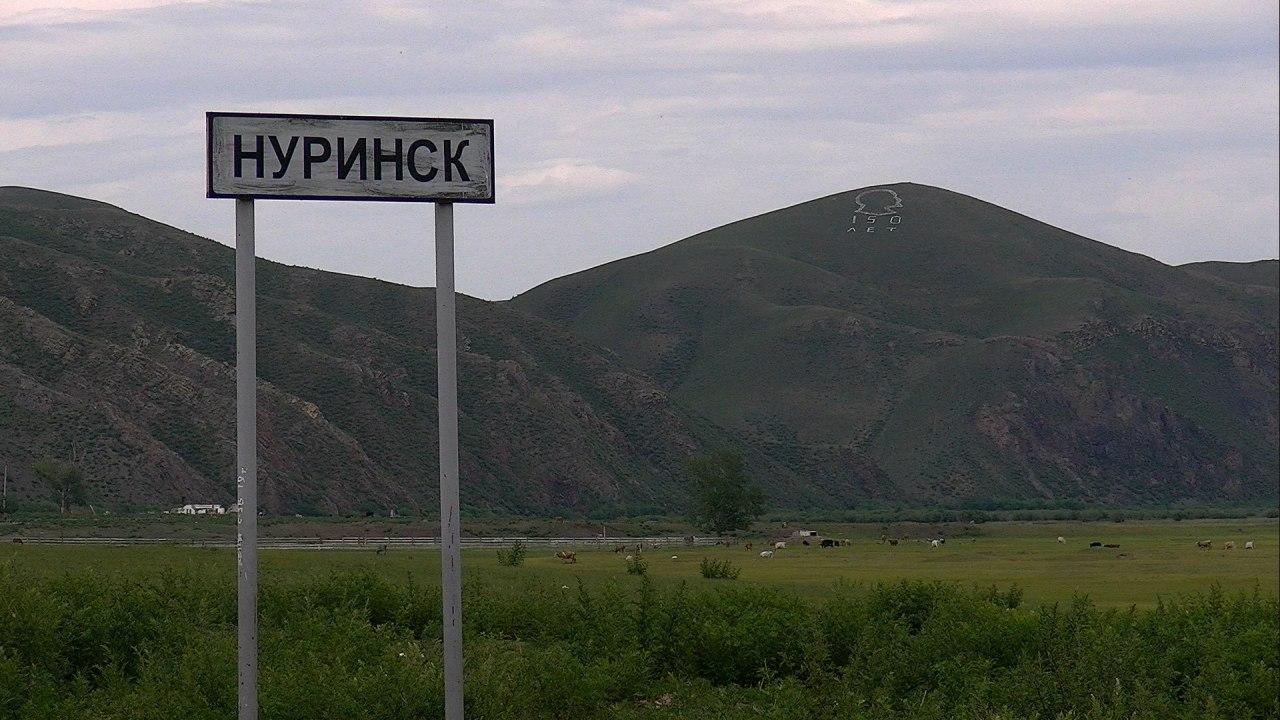 Жители Нуринска третьи сутки сидят без света из-за упавших столбов. Селяне обвиняют главу в бездействии