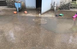 Подвал дома в Сосновом бору в Чите топит после дождей