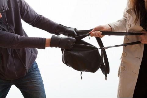 В Краснокаменске мужчина ограбил новую знакомую, когда пошел провожать до дома
