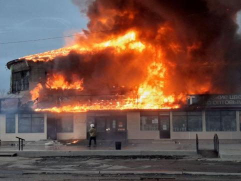 В сгоревшем торговом центре продавалась «Вечорка» — и другие подробности о сгоревшем здании в Чите