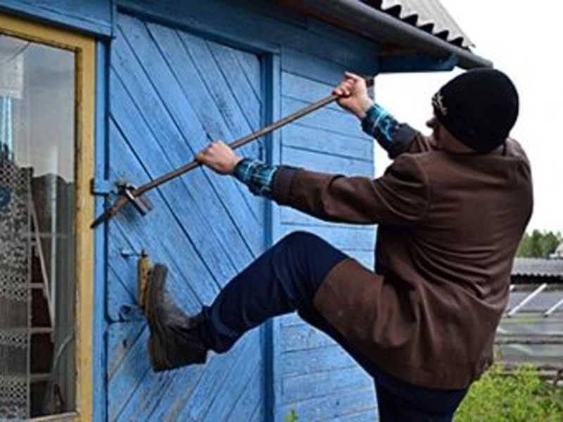 В Краснокаменске задержали мужчину, который украл еду из пустой дачи