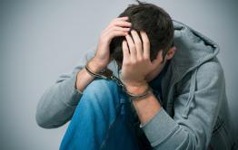 В Кыринском районе арестовали подростков, изнасиловавших женщину кочергой