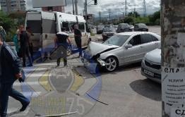 «Мерседес» врезался в маршрутное такси на перекрестке Красной Звезды и Липатова