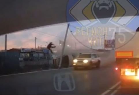 Водитель врезался в столб и от удара вылетел в лобовое стекло в Чите