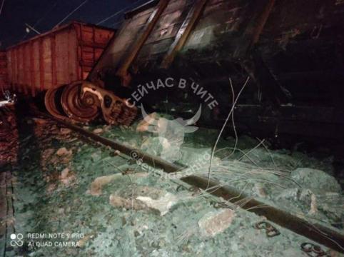 Восемь грузовых вагонов сошли с рельсов в Амурской области